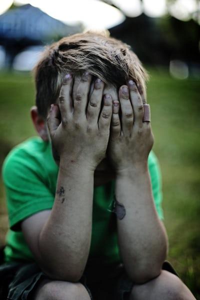 Wat doe ik als mijn kind overprikkeld is en erg boos?